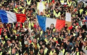 Photo of آلاف من أصحاب (السترات الصفراء) يخرجون إلى شوارع فرنسا