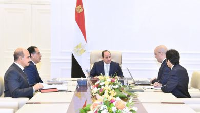 Photo of السيسي يجتمع مع رئيس الحكومة وعدد من الوزراء لاستعراض آخر المستجدات