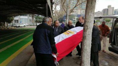 Photo of وصول جثمان الفنانة ماجدة لمسجد مصطفى محمود مغطى بعلم مصر