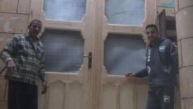 """Photo of في قلب محافظة الغربية.. عم """"مشمش"""" مسيحي يصنع باب مسجد ويقوم بتركيبه"""