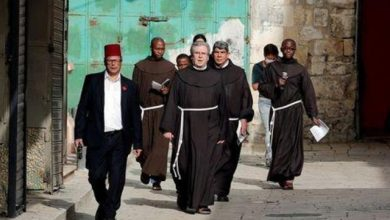 Photo of الصلاة من أجل مرضى العالم على طريق الآلام الخالي قبل عيد القيامة