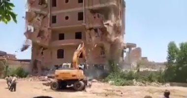 Photo of انهيار عقار مخالف على حفار في الجيزة.. شاهد ما حدث للسائق