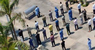 Photo of أطباء وتمريض مستشفى الخليفة يؤدون صلاة الجنازة على رجاء الجداوى