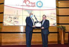 Photo of اهداء درع نقابة البترول للمهندس طارق الملا خلال احتفال الوزارة بعيد  البترول