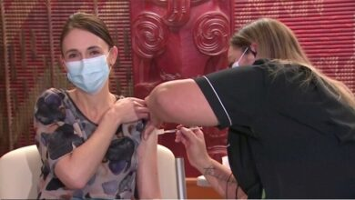 "Photo of شاهد فيديو..رئيسة وزراء نيوزيلندا تتلقى الجرعة الأولى من لقاح ""فايزر"""